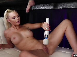 She sucks so good that be in charge can barely hold it